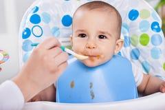 Le beau bébé mignon aime faire le désordre image libre de droits