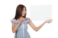 Le beau blanc asiatique de présent de femme se connectent son épaule Photo libre de droits