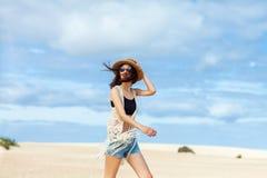 Le beau boho a dénommé la femme posant sur le désert photo stock