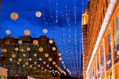 Le beau boulevard, décoré des lampes-torches et des boules la nuit, ville de Dniepr, Ukraine Photos libres de droits