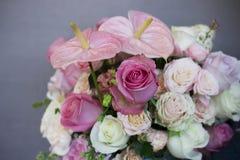 Le beau bouquet de différentes roses sur le fond gris Image stock