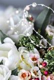 Le beau bouquet des tulipes blanches avec les feuilles vertes et d'autres fleurs décoratives se ferment  photographie stock libre de droits
