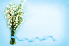 Le beau cadre floral avec des lis de la vallée fleurit sur la table photographie stock
