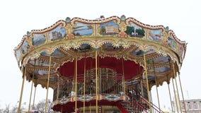 Le beau carrousel rond du ` s d'enfants tourne en parc d'attractions clips vidéos