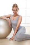 Le beau chiffre mince sportif parfait blond sexy occupé dans le yoga, l'exercice ou la forme physique, mènent un mode de vie sain Image stock