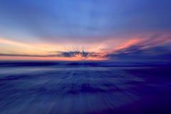 Le beau ciel bleu brouille des milieux photos libres de droits