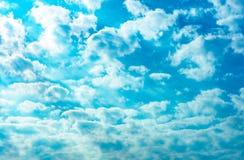 Le beau ciel bleu et les cumulus blancs soustraient le fond Fond de Cloudscape Le ciel bleu et les nuages blancs avec le soleil r photos libres de droits