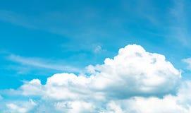 Le beau ciel bleu et les cumulus blancs soustraient le fond Fond de Cloudscape Ciel bleu et nuages blancs le jour ensoleillé photographie stock libre de droits