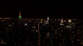 Le beau coucher du soleil au-dessus de New York City du centre avec la nuit lumineuse s'allume sur des tours et des gratte-ciel d clips vidéos