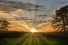 Le beau coucher du soleil avec le soleil rayonne sur Georgia Mountains occidentale images libres de droits