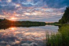Le beau coucher du soleil de ciel sur l'eau Images libres de droits