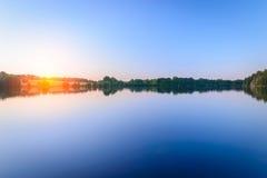 Le beau coucher du soleil de ciel sur l'eau Photos stock