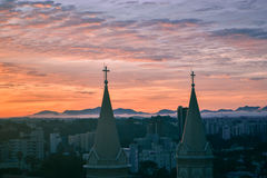 Le beau coucher du soleil et l'église Senhor Bom Jésus font Cabral Photos libres de droits