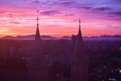 Le beau coucher du soleil et l'église Senhor Bom Jésus font Cabral Images libres de droits