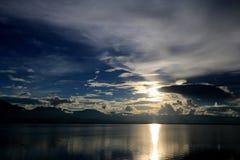 Le beau coucher du soleil et le ciel de soirée avec la montagne et les nuages et le coucher du soleil se sont reflétés dans le la Photographie stock libre de droits
