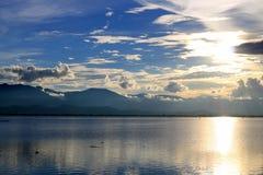 Le beau coucher du soleil et le ciel de soirée avec la montagne et les nuages et le coucher du soleil se sont reflétés dans le la Images libres de droits