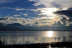 Le beau coucher du soleil et le ciel de soirée avec la montagne et les nuages et le coucher du soleil se sont reflétés dans le la Photographie stock