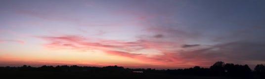 Le beau coucher du soleil opacifie le panorama dans la haute résolution photos stock