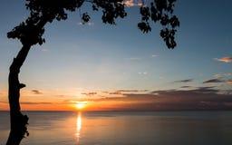 Le beau coucher du soleil pendant l'hiver image stock