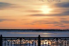 Le beau coucher du soleil sur le ciel bleu-foncé de soirée a réfléchi sur la glace de rivière, Photo libre de droits