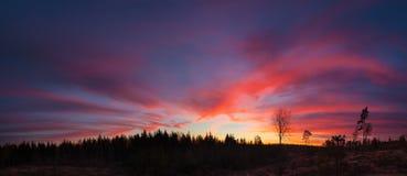 Le beau coucher du soleil vibrant opacifie le paysage de vue Photographie stock libre de droits