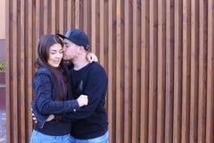 Le beau couple étreignant et regardant dans l'un l'autre le ` s observe, doucement Image libre de droits