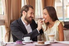 Le beau couple affectueux mange dans le restaurant Photographie stock