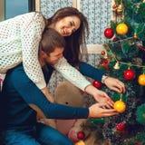 Le beau couple décore l'arbre de Noël Image libre de droits