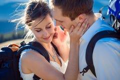 Le beau couple de mariage étreint le plan rapproché Lune de miel dans les Alpes Photos stock