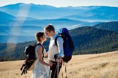 Le beau couple de touristes de mariage étreint sur le dessus de la montagne Lune de miel dans les Alpes Image libre de droits