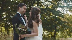 Le beau couple l'épousant dans l'étreinte, regarde et se caresse clips vidéos