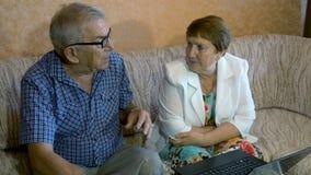 Le beau couple plus âgé apprend à travailler sur un ordinateur portable clips vidéos