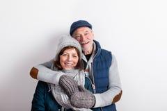 Le beau couple supérieur dans l'amour en hiver vêtx Projectile de studio Photo stock