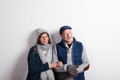 Le beau couple supérieur dans l'amour en hiver vêtx Projectile de studio Images stock