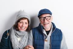 Le beau couple supérieur dans l'amour en hiver vêtx Projectile de studio Image libre de droits