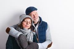 Le beau couple supérieur dans l'amour en hiver vêtx Projectile de studio Photos libres de droits
