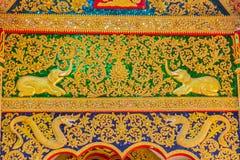 Le beau craving d'or sur le pignon d'entrée de l'église chez Wat Phra That Doi Tung, l'un d'entre eux est censé pour contenir le  Photographie stock libre de droits