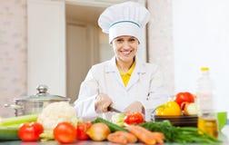 Le cuisinier prépare des légumes photographie stock
