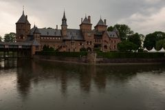 Le beau De Haar Castle s'est reflété dans le fossé environnant Image libre de droits