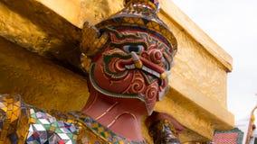 Le beau de la statue de géants de visage sous la pagoda d'or Photographie stock libre de droits
