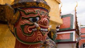 Le beau de la statue de géants de visage sous la pagoda d'or Photos stock