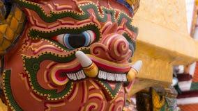 Le beau de la statue de géants de visage sous la pagoda d'or Photos libres de droits