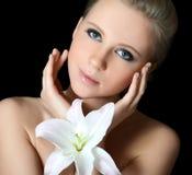 Le beau femme avec la fleur de lis photo stock
