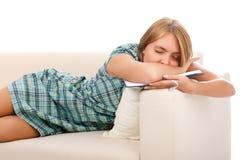 Le beau femme dort avec le livre Photos stock