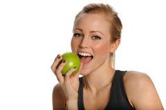 Le beau femme en bonne santé mange Apple Image libre de droits