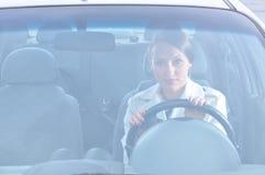 Le beau femme s'assied dans le véhicule Photographie stock libre de droits