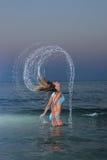 Le beau femme saute de la mer Images libres de droits