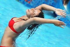 Le beau femme se baigne dans le regroupement sous le flot de l'eau Photos libres de droits