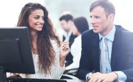 Le beau fille-directeur communique avec le client dans le workp Photos libres de droits