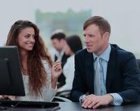 Le beau fille-directeur communique avec le client dans le workp Image libre de droits